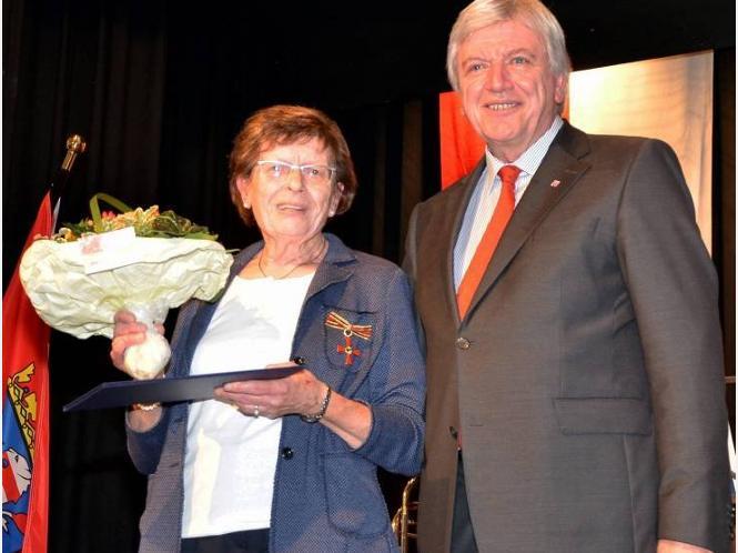 Ausgezeichnet: Margit Burghardt aus Homberg mit Volker Bouffier. © Foto: Yüce