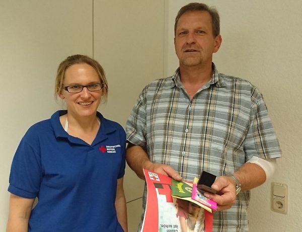 Nadine Fischer-Ries dankt Oliver Lipphardt für die 50. Blutspende.